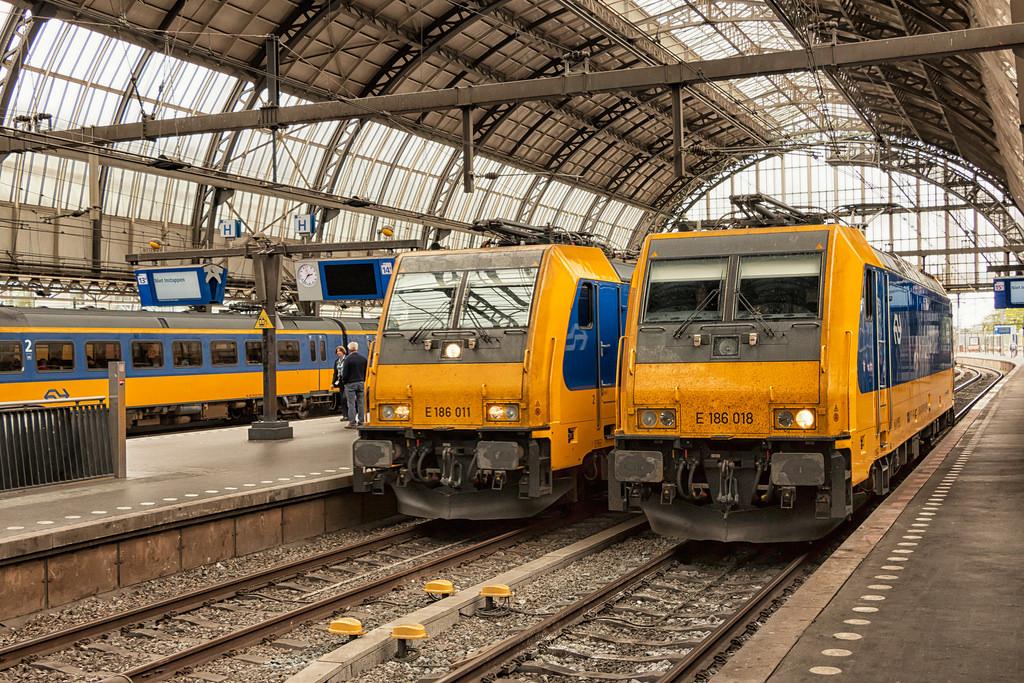 NS E186 011 en E186 018, Amsterdam 16 au by hemkes, on Flickr