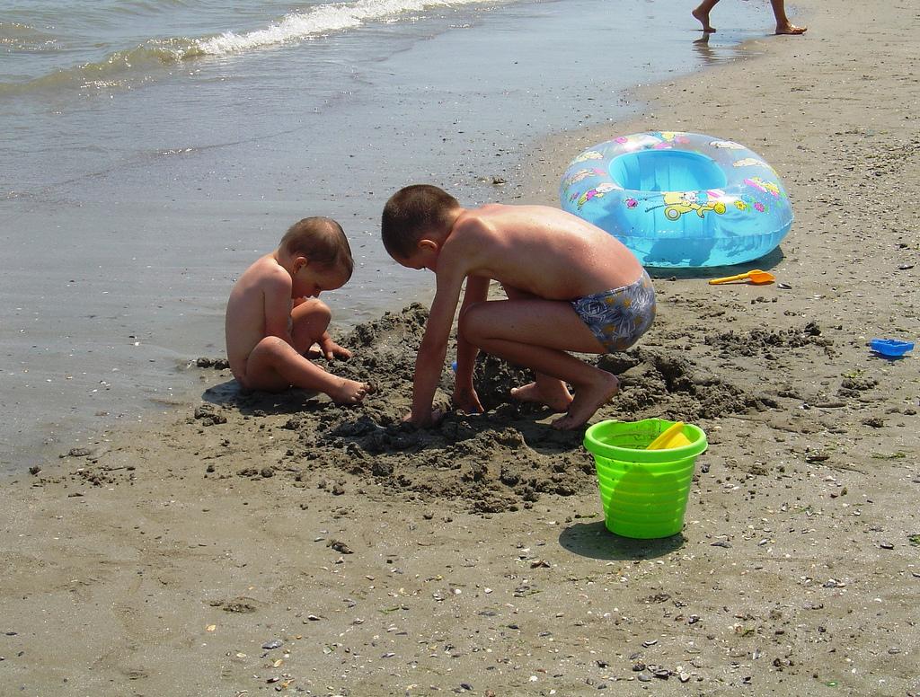 Los niños se divierten construyendo cas by aktyuvinsk34, on Flickr